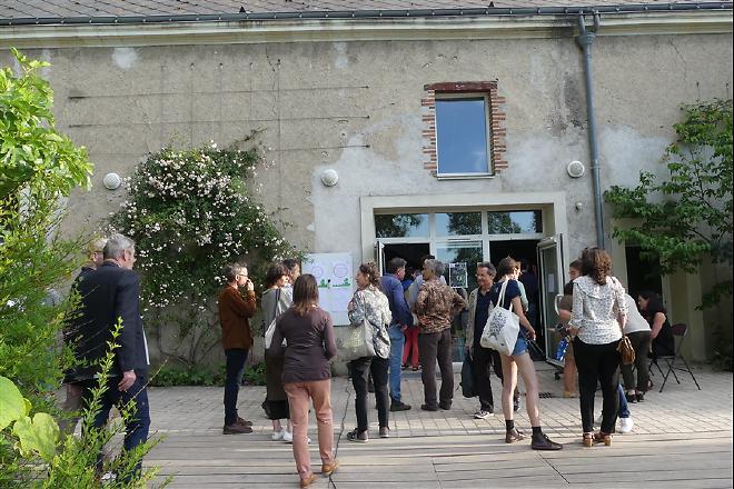 Petit attroupement devant la maison de la Gloriette à Tours